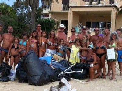 Realmonte, i residenti puliscono l'arenile di Punta Grande.