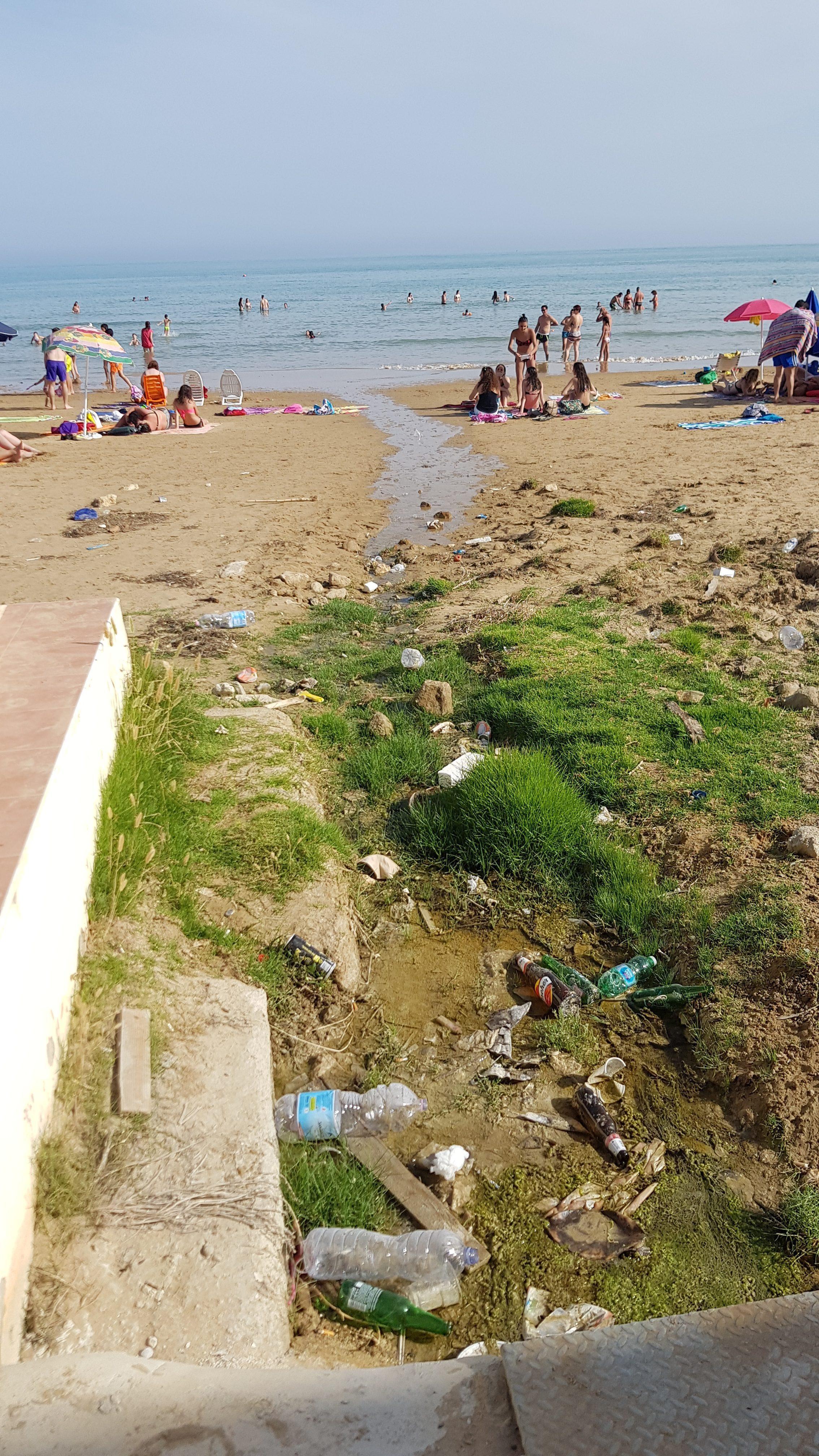 Questo è lo spettacolo a Punta Grande: nessun servizio di raccolta rifiuti, nessun cestino per la spazzatura. La piazzetta, unico punto di accesso alla spiaggia, con entrambi i varchi di […]