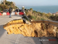Frana alla scala dei turchi, crolla la strada provinciale 1.jpg