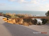 Frana alla scala dei turchi, crolla la strada provinciale 4.jpg
